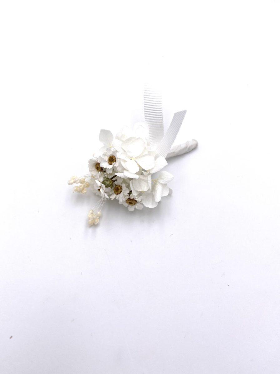 Boutonnière en fleurs séchées Candide pour le marié