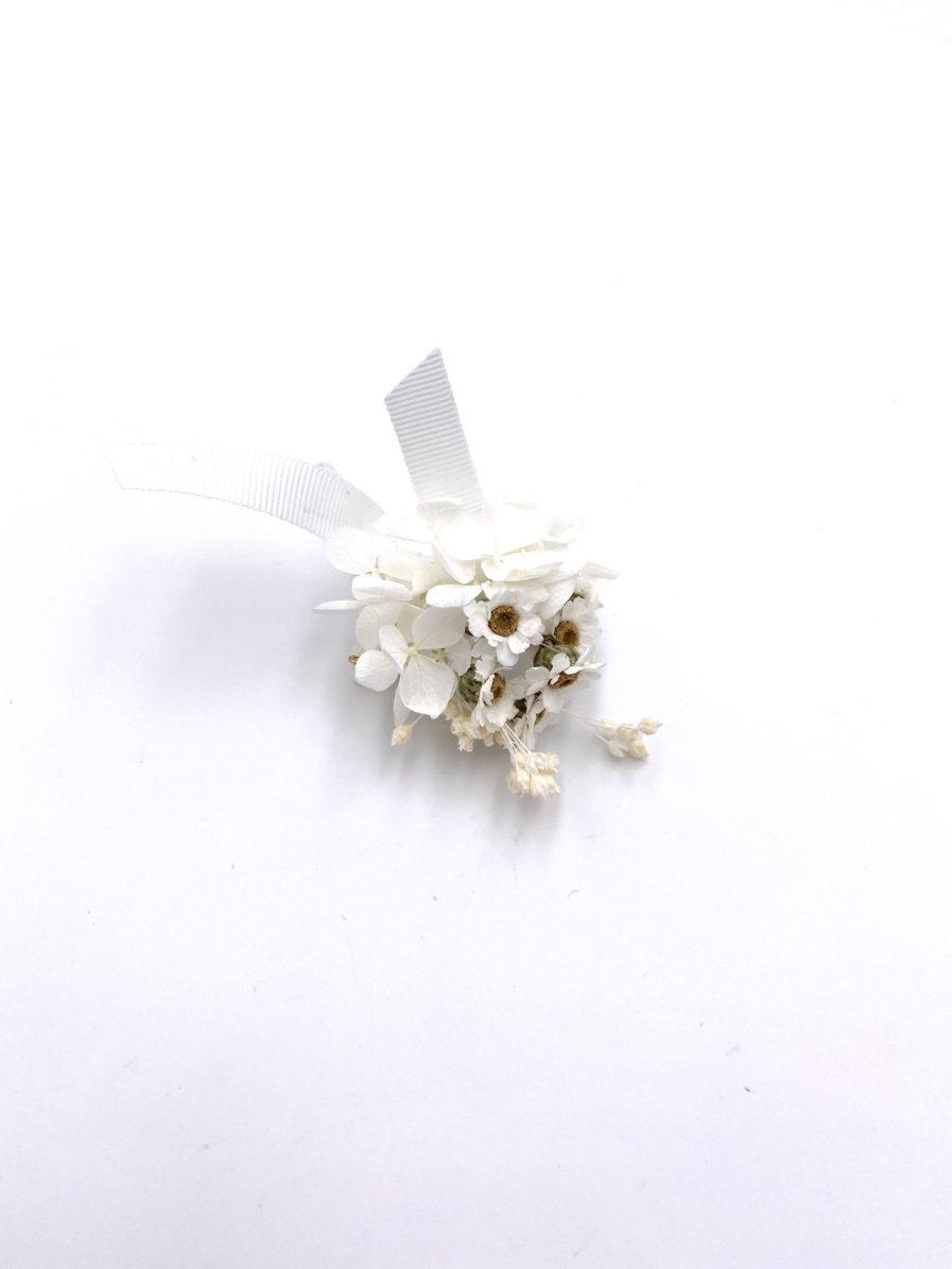 Boutonnière en fleurs séchées et stabilisées Candide pour le marié