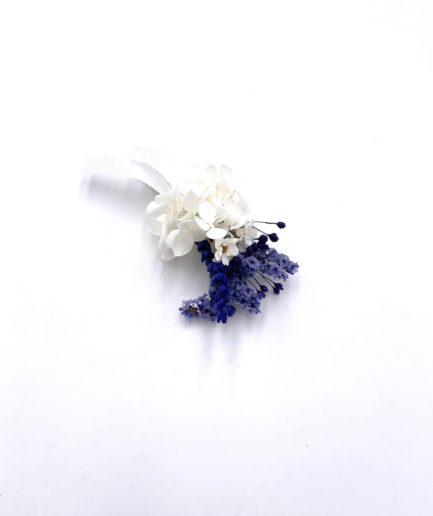 Boutonnière en fleurs stabilisées Violine pour le marié