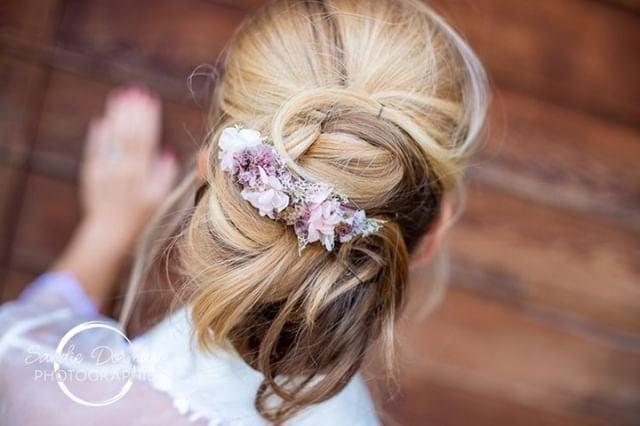 Peigne de fleurs séchées Lilla porté par notre mariée - Les Fleurs Dupont