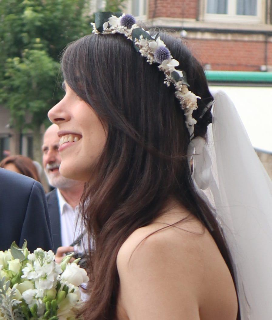 Couronne de fleurs séchées Céleste portée par la mariée Sophie