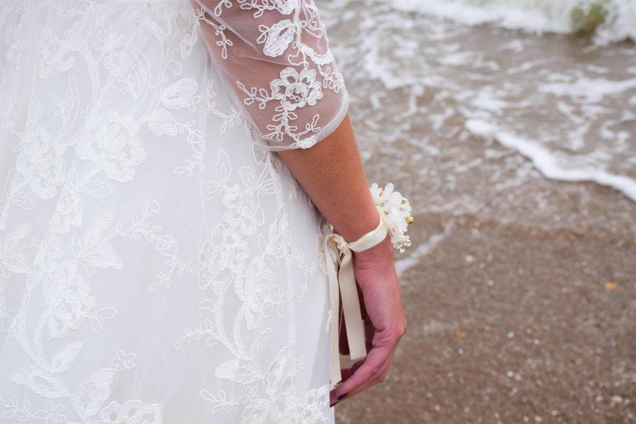 Accessoires de demoiselles d'honneur- Bracelet en fleurs pour la demoiselle d'honneur et les invitées - Les Fleurs Dupont