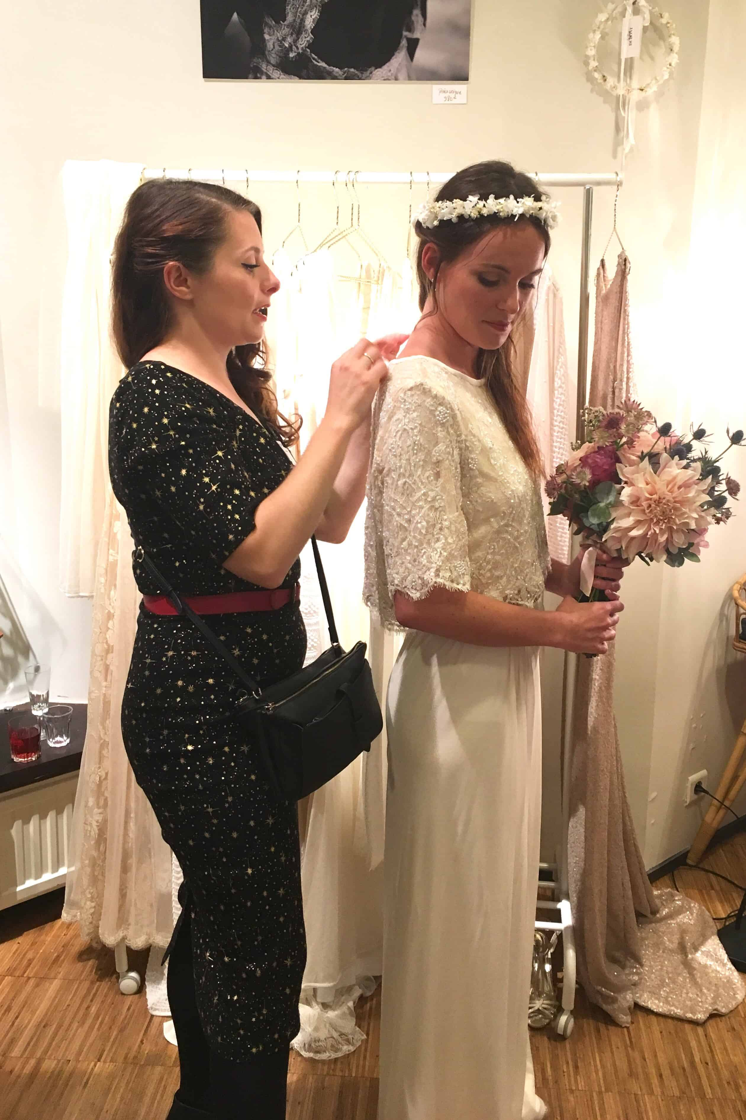 L'Amoureuse by Ingrid Fey en plein essayage de robe de mariée et d'accessoires de cheveux