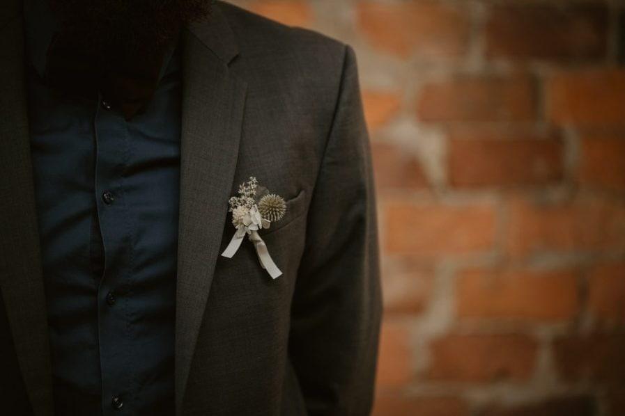 Boutonnière de mariage Céleste en fleurs séchées et stabilisées - Echinops