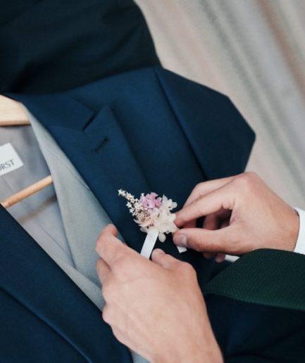 Boutonnière du marié Lilla en fleurs séchées et stabilisées