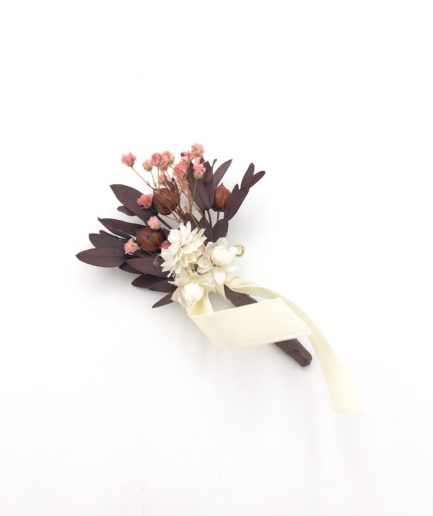 Boutonnière du marié Rhéa en fleurs stabilisées et séchées