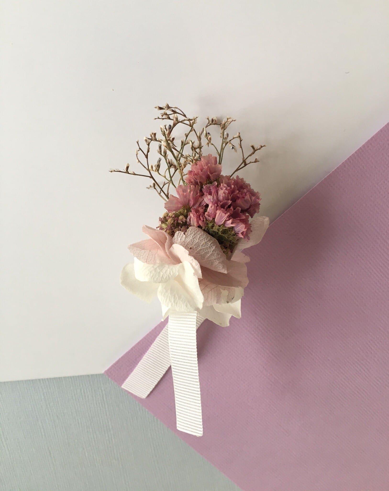 boutonni re du mari lilla en fleurs s ch es et stabilis es. Black Bedroom Furniture Sets. Home Design Ideas