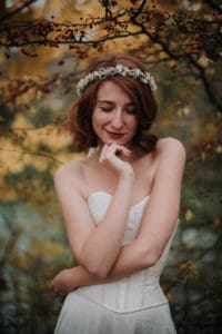 Shooting inspiration mariage - Photographie Léa Fery - Robes Pourpre - Couronne de fleurs de mariage Les Fleurs Dupont - 2018
