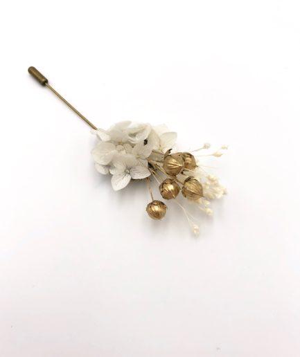 Boutonnière en fleurs Aura aux tons blancs et dorés