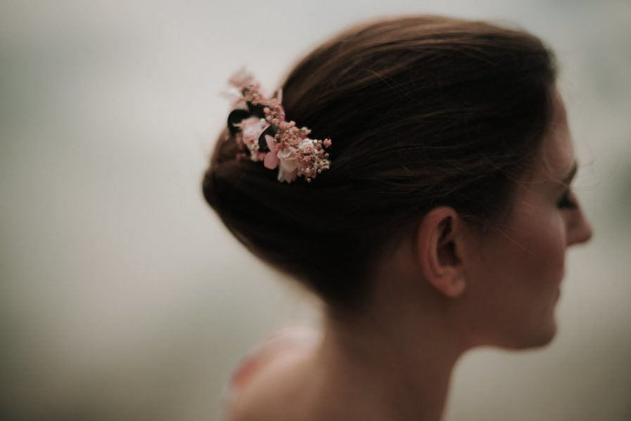 Peigne de mariée Confetti en fleurs stabilisées et séchées - Photographe Léa Féry - Collection Romantique