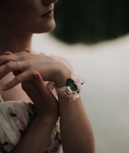 Bracelet demoiselle d'honneur Confetti - Photographie Léa Féry Lyon - mariage romantique