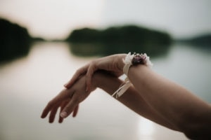 Bracelet demoiselle d'honneur Lilla - Photographe Léa Féry Lyon - Mariage Romantique