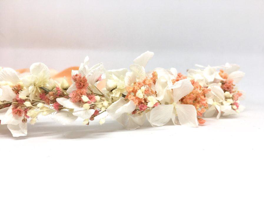 Couronne de fleurs Candi aux tons rose poudré - Pour les mariées romantiques - Détail de la couronne