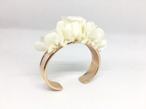 Bracelet jonc fleuri Béatrice en fleurs naturelles stabilisées