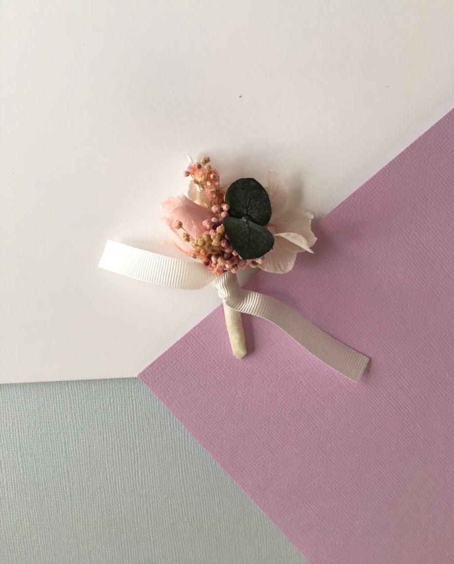 Boutonnière de marié Confetti en fleurs stabilisées roses