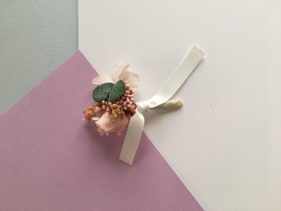 Boutonnière de marié Confetti en fleurs stabilisées