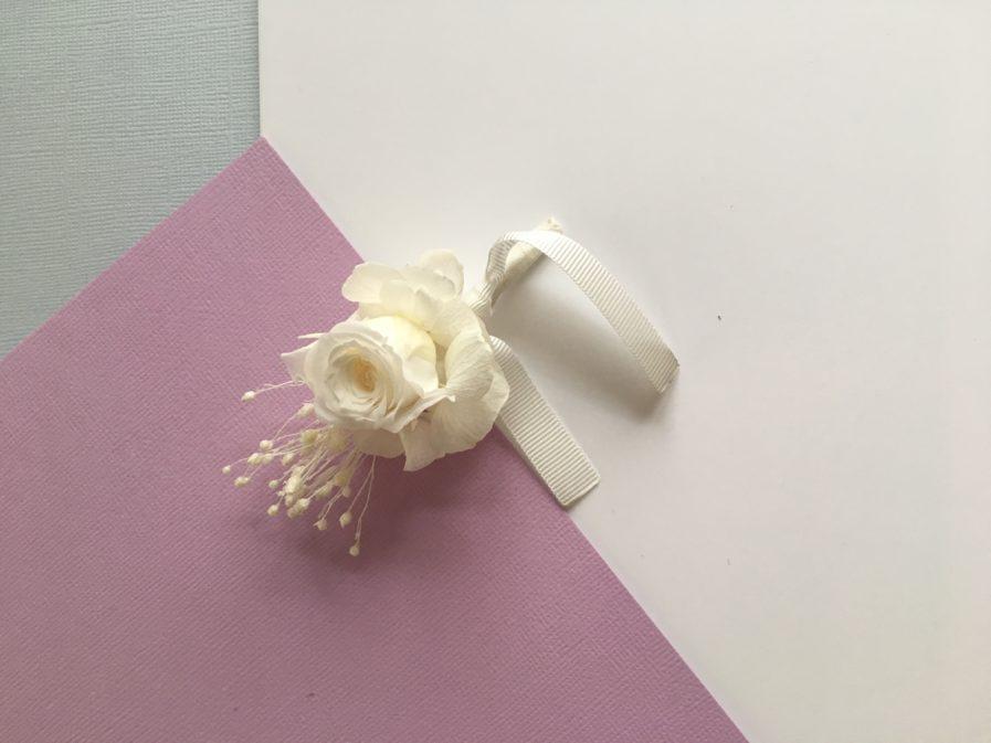 Boutonnière de marié Lima en fleurs stabilisées blanches
