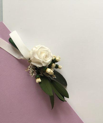 Boutonnière de marié Elaia avec feuilles d'olivier stabilisé et rose blanche