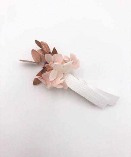 Boutonnière de mariage Phyra en fleurs stabilisées