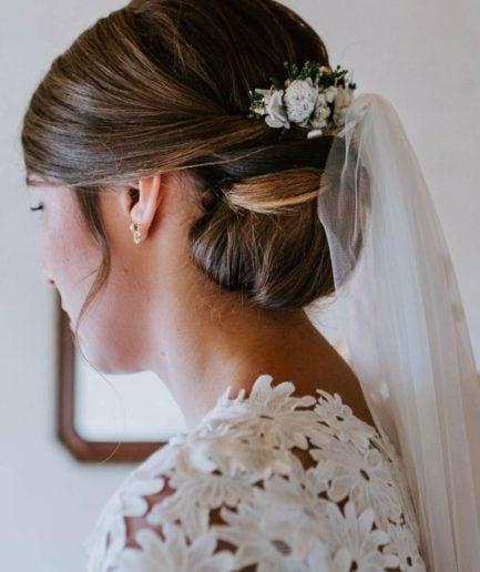 peigne de fleurs stabilisées Minthé porté par notre mariée