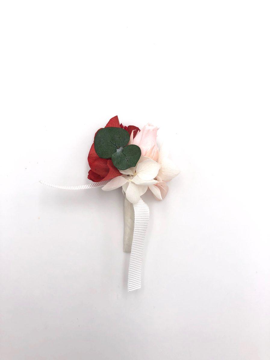 Boutonnière de fleurs stabilisées Arabesque pour le marié