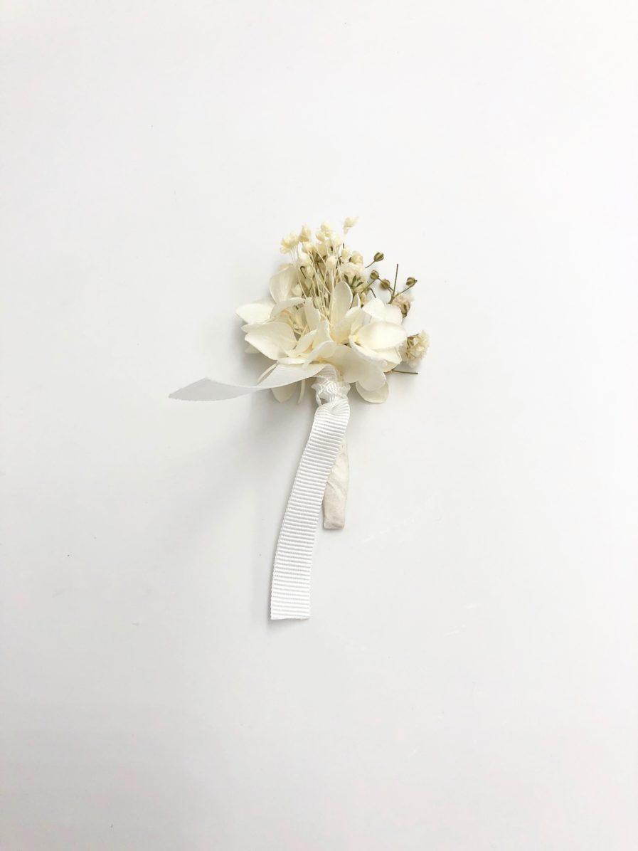Boutonnière de marié Nive en fleurs stabilisées blanches