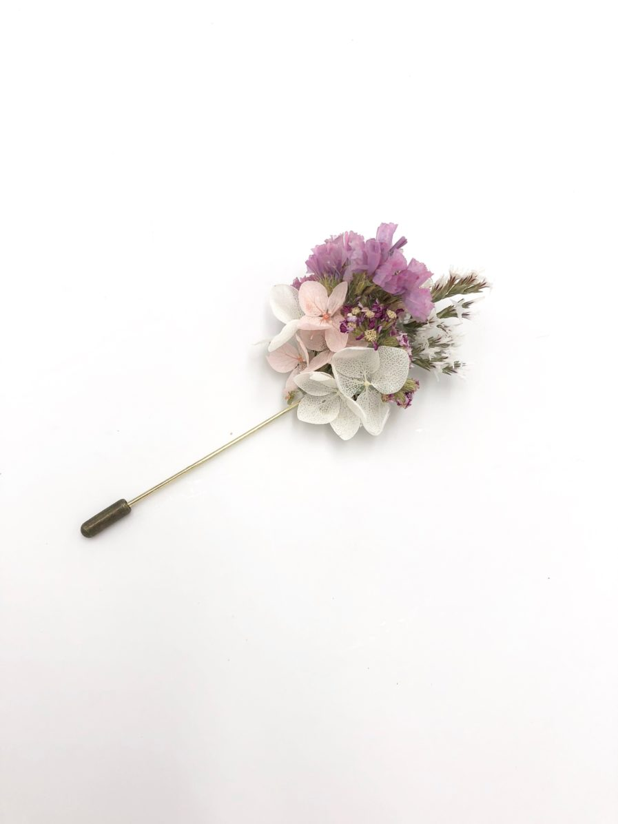 Boutonnière en fleurs séchées Lilla aux tons roses
