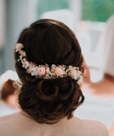 Peigne long Confetti en fleurs stabilisées porté par notre mariée