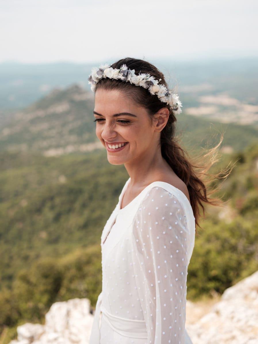 Couronne en fleurs stabilisées blanches et bleues pour la mariée