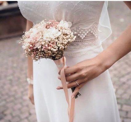 Bouquet de mariée en fleurs stabilisées Candi porté par la mariée