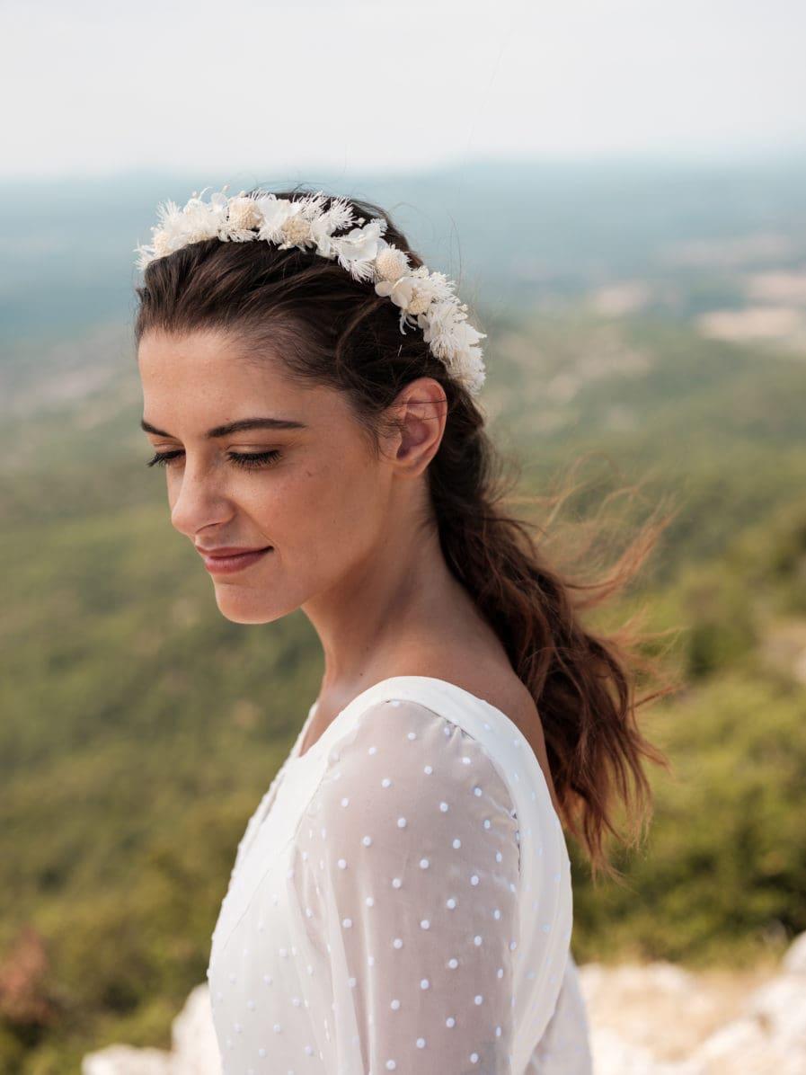 Couronne de fleurs blanches pour la mariée moderne - Photo Ilan Dehé