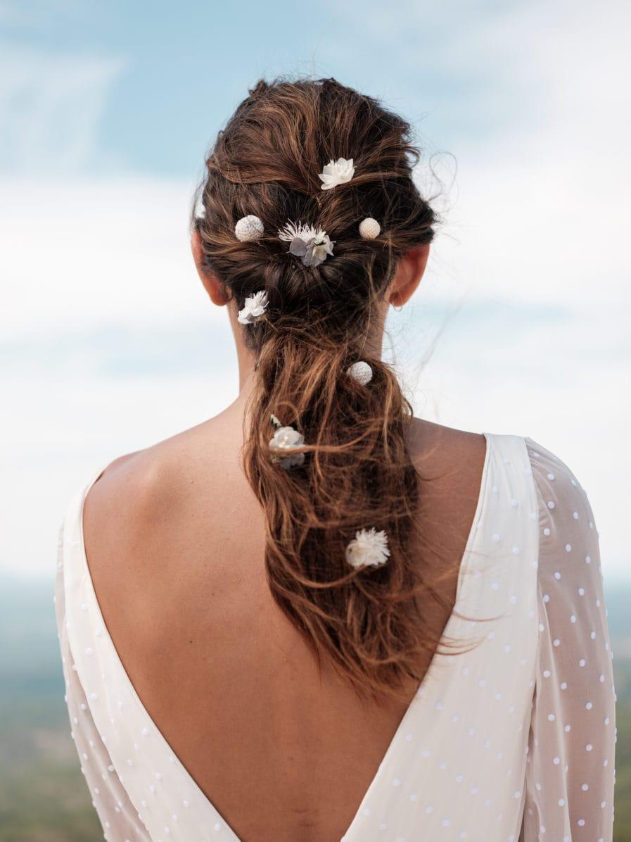 Pic à cheveux de mariée Craspedia bleu Horizon en fleur stabilisée - photo Ilan Dehé