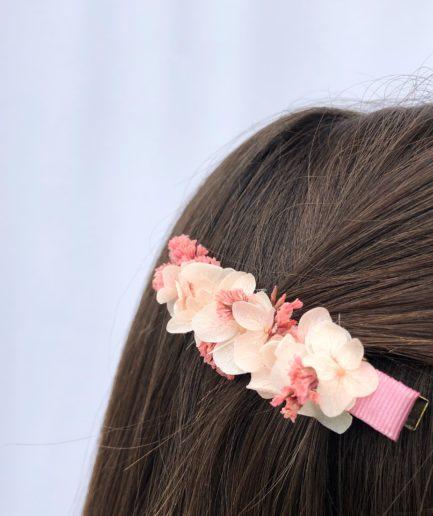 Petite barrette rose en fleurs pour la demoiselle d'honneur et l'invitée