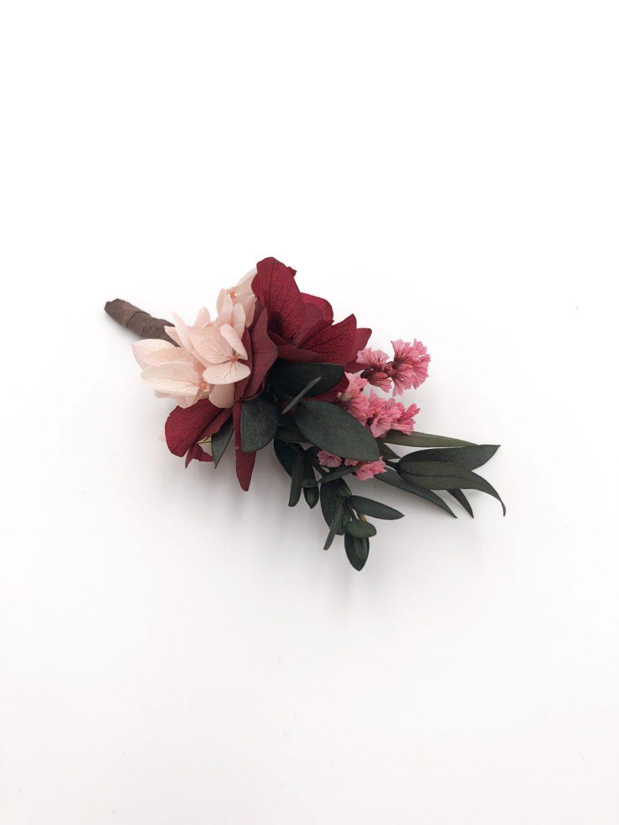 Boutonnière de marié Carmin en fleurs stabilisées et tons bordeaux