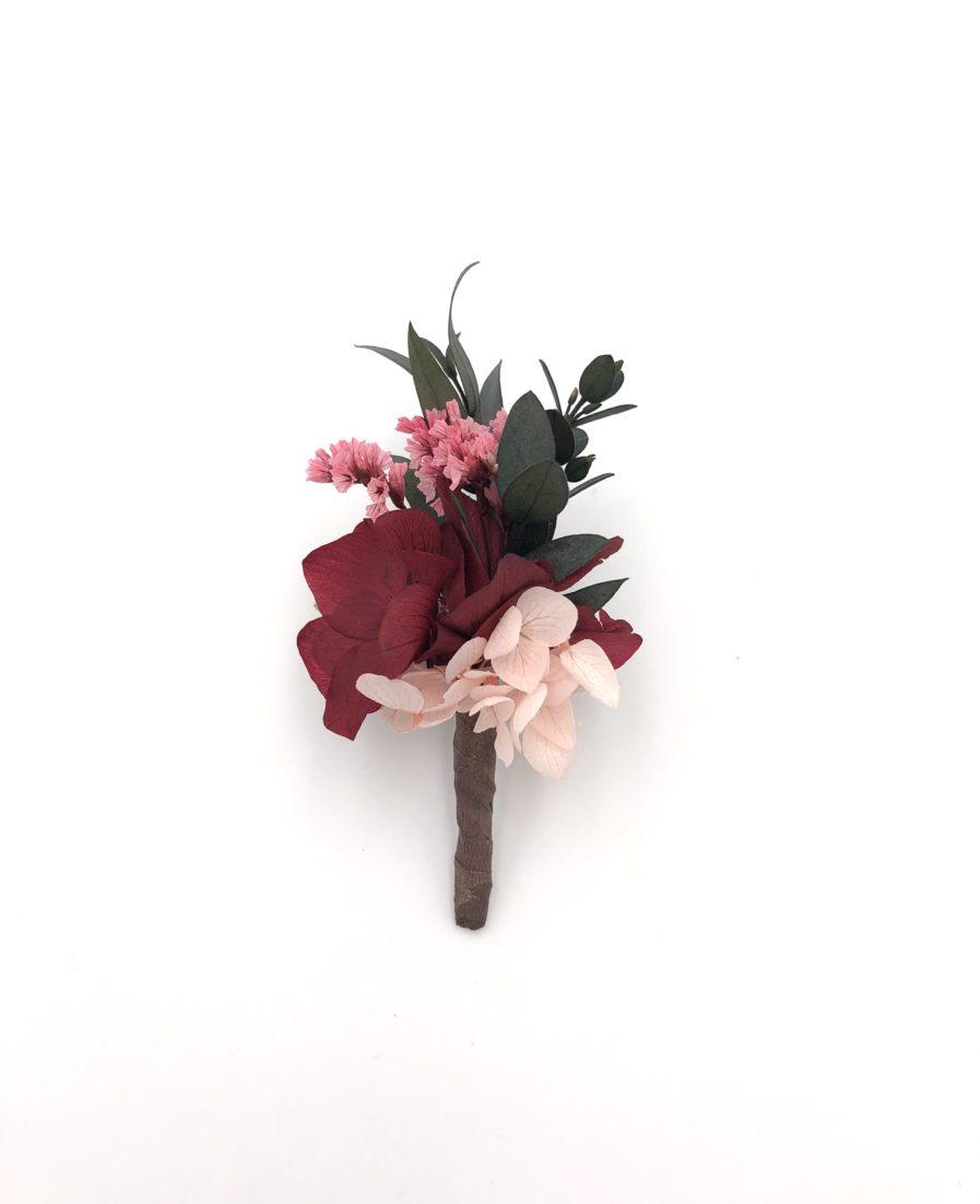 Boutonnière du marié Carmin en fleurs stabilisées