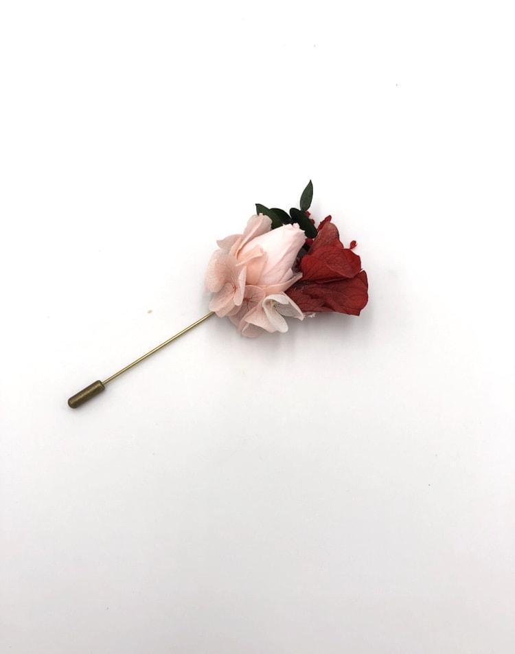 Boutonnière du marié en fleurs stabilisées Arabesque et aux tons colorés