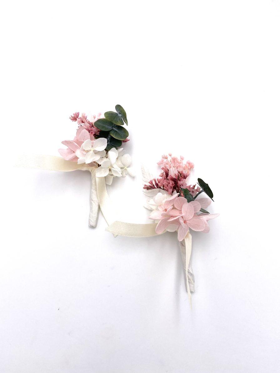 Boutonnière en fleurs stabilisées Tourmaline pour le marié