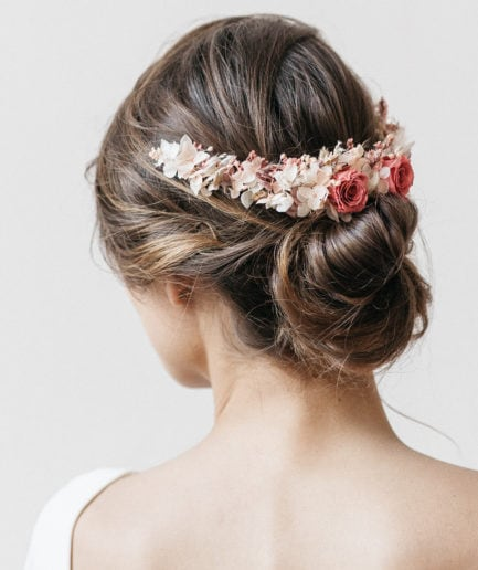 Peigne long en fleurs stabilisées Grenat pour la mariée moderne