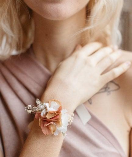 Bracelet en fleurs de demoiselle d'honneur Blush