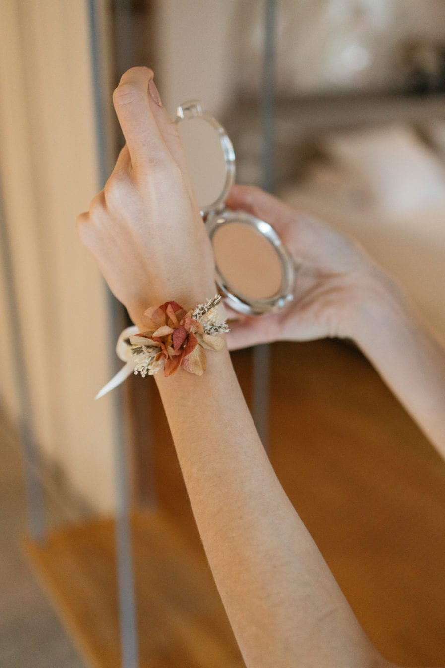 Bracelet jonc fin Blush en fleurs