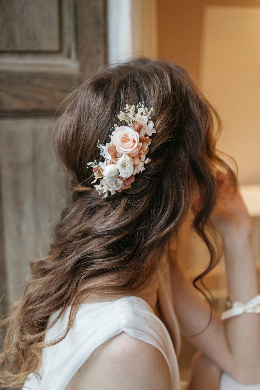 Peigne avec fleurs stabilisées Blush pour la mariée