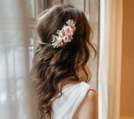 Peigne en fleurs stabilisées Blush avec roses