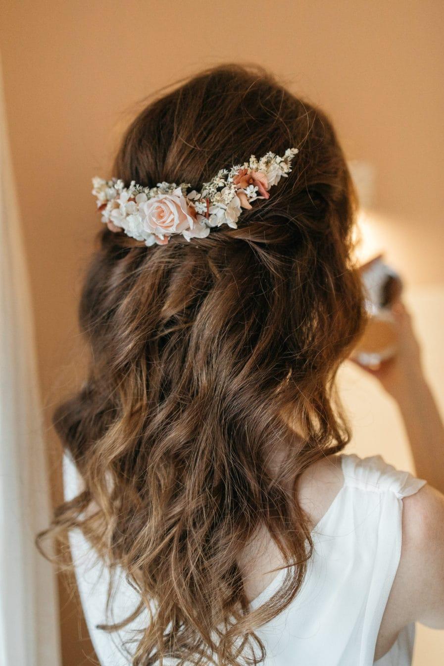 Peigne long en fleurs stabilisées Blush pour la mariée